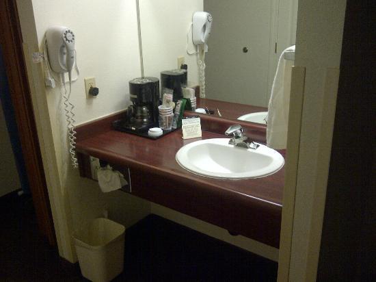 Comfort Inn & Suites: lavandino con annessa macchina caffè