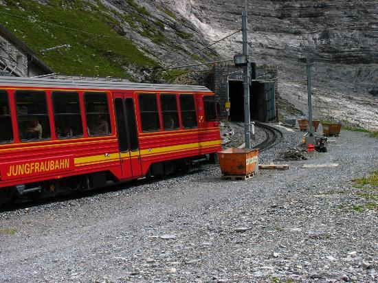 Grindelwald, İsviçre: A train enters the tunnel to Jungfraujoch