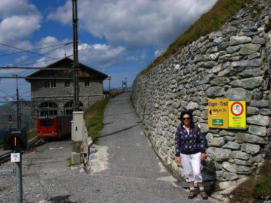 Grindelwald, سويسرا: Start of the trail at EigerGletscher train station 