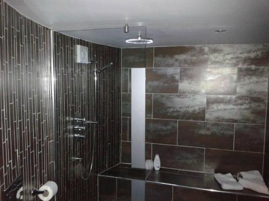 The Cottage in the Wood: Huge luxurious bathroom with walk in shower