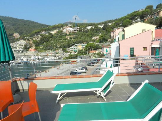 Spiaggia,parcheggio e appartamenti dalla terrazza - Picture of ...