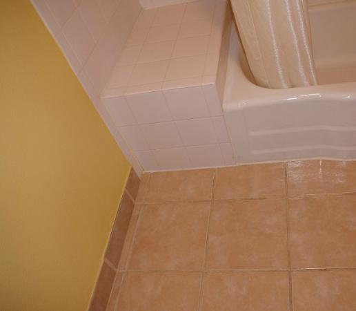 Econo Lodge: Bathroom floor / corner of tub