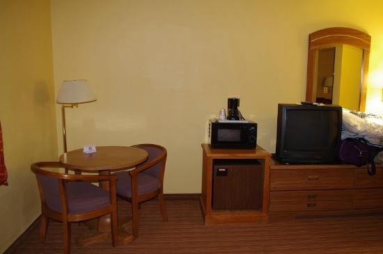 Econo Lodge: Room table and microwave, fridge, coffee pot
