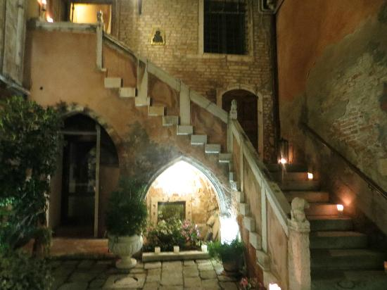 Palazzo Odoni: Nighttime view of stairs/courtyard with lit candles