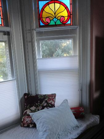 Estabrook House Bed and Breakfast: Bay window and stained glass in Parkview room.