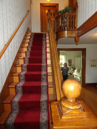 Estabrook House Bed and Breakfast: Main staircase