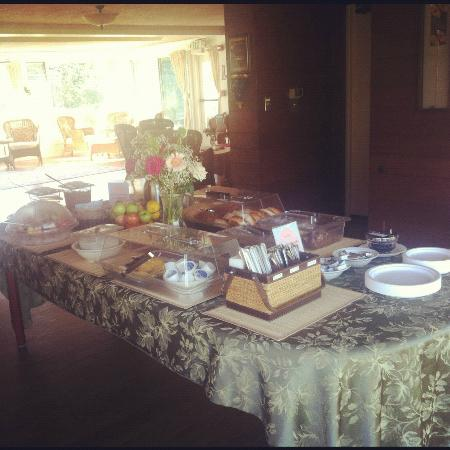 Ojai Retreat & Inn: Morning breakfast