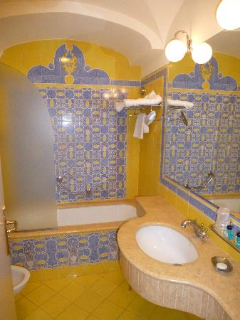 Grand Hotel la Pace: Lovely yellow marble bathroom
