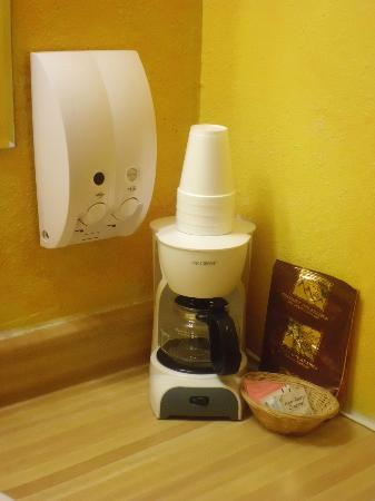 Hat Rock Inn: Coffee pot and complimentary coffee