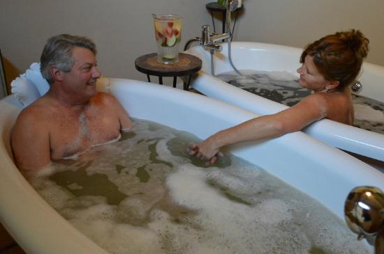 Lavender Hill Spa: Couples bath - seaweed for him and ash for her