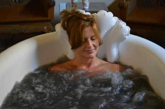 Lavender Hill Spa: Relaxing Volcanic Ash Bath