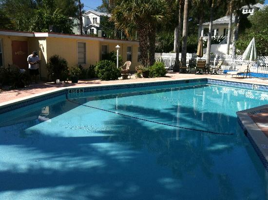 Anna Maria Motel & Resort Apartments: View of the Motel and garden area around the pool