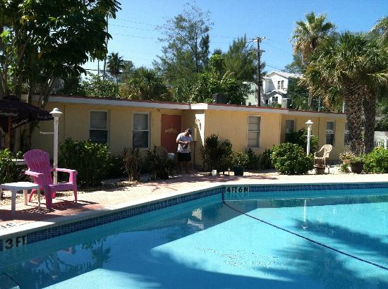 Anna Maria Motel & Resort Apartments: Another view of the motel rooms and the pool area