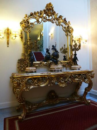 Grand Hotel la Pace: A Beautiful hallway mirror and table