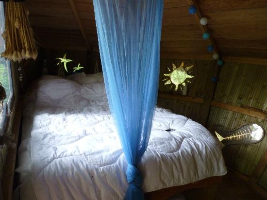 Natura Cabana : το κρεββατι με τα υπεροχα φινιστρινια