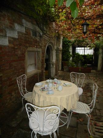 Hotel Al Sole: Patio