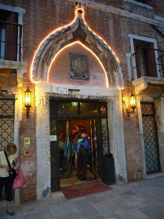 Hotel Al Sole: Front Door at night