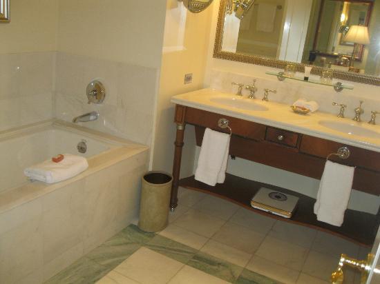 Hilton Lake Las Vegas Resort & Spa: All marble bathroom