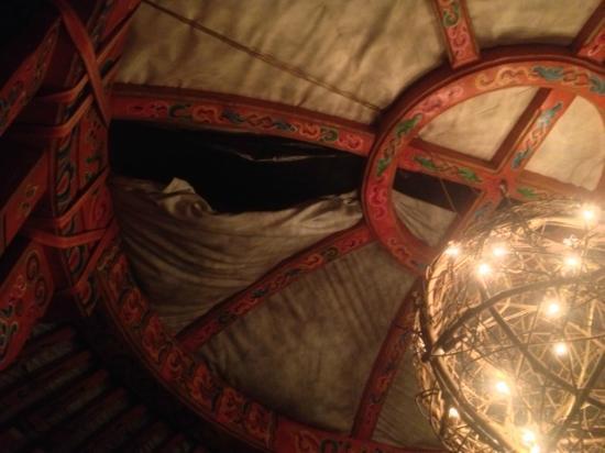 L'Olivier de Marjorie : vue du plafond de la yourte
