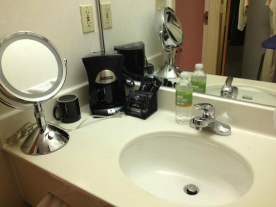 Courtyard Dallas DFW Airport North/Irving: Why is the coffee on the bathroom sink?