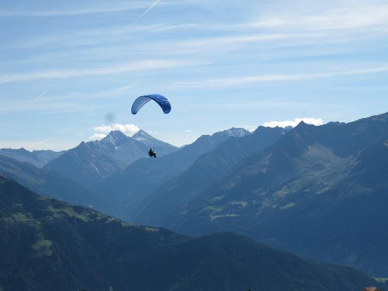 Mayrhofen: Paragliders everywhere