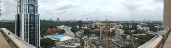 Oakwood Premier Prestige Bangalore: View over Bangalore from the other side of the pool.