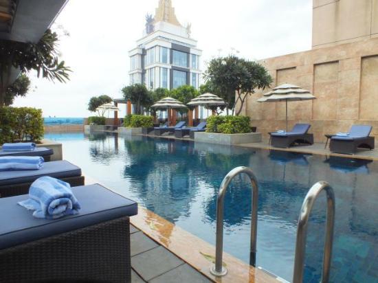 Oakwood Premier Prestige Bangalore: A very nice pool area.