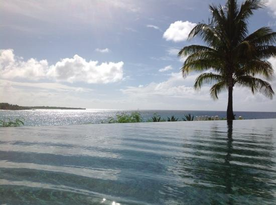 Four Seasons Resort and Residences Anguilla: late afternoon at the sunset pool