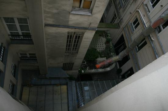 Hotel de la Place du Louvre - Esprit de France: View from room of courtyard/alley