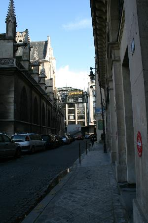 Hotel de la Place du Louvre: Hotel street - hotel entrance on right side