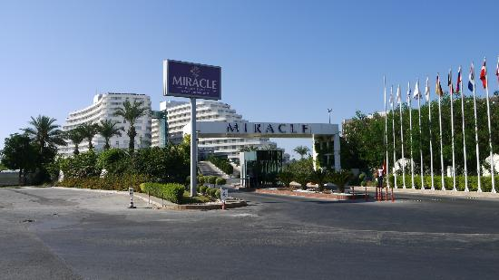 Miracle Resort Hotel: Entrance to hotel