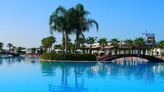 Miracle Resort Hotel : Pools area