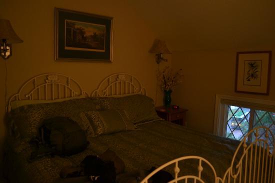Olde Staunton Inn : King size bed
