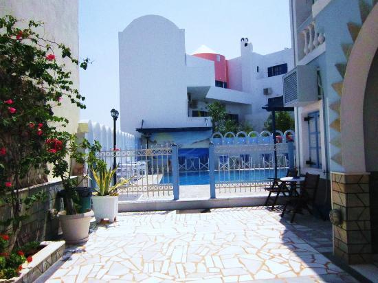 Blue Sky Hotel: Accesso piscina