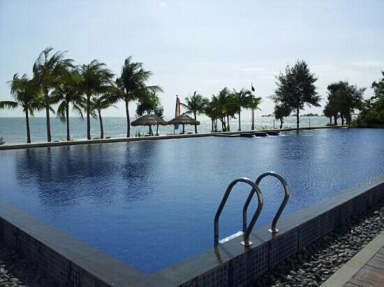Princess D'An Nam Resort & Spa: main pool infront of beach