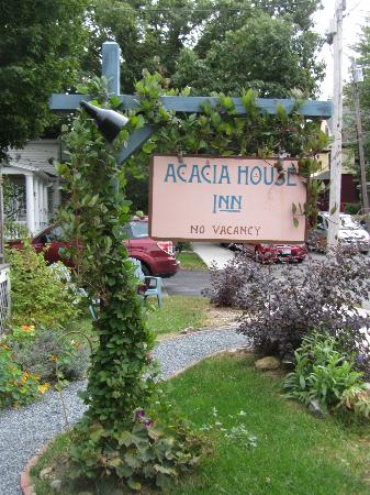Acacia House Inn: The Sign by the Street