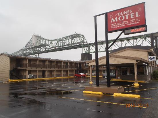Motel 6 Astoria: Hotel from road