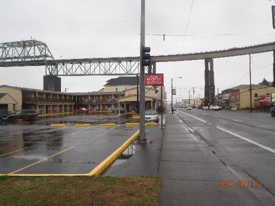 Motel 6 Astoria: Approaching hotel from the west