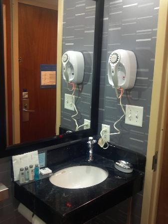 Hampton Inn Manhattan - Madison Square Garden Area: Bathroom