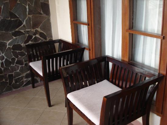 Campago Hotel: Balcony furniture