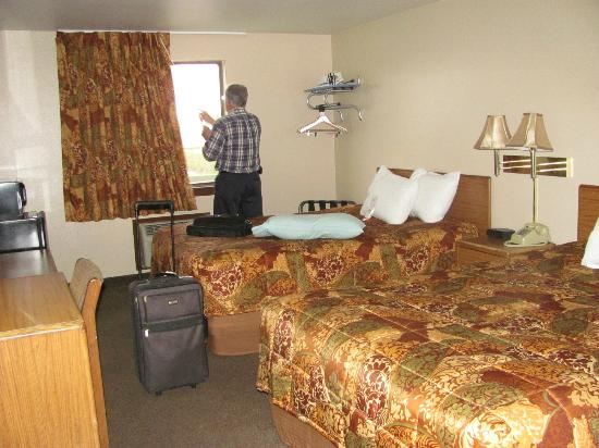 Super 8 Coeur D' Alene: Lovely Room with tV on Wall