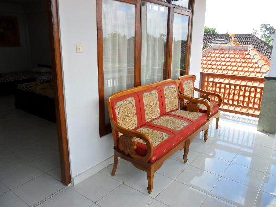 Warsa Garden Bungalows: Sofa outside our room