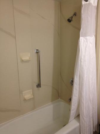 Wingate by Wyndham Los Angeles International Airport LAX: Shower