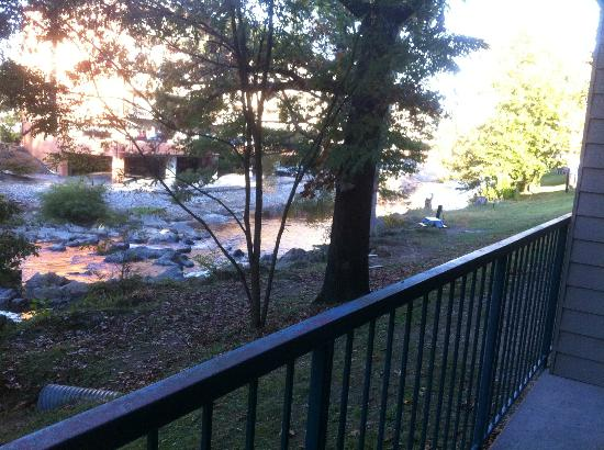 Twin Mountain Inn & Suites: River behind the balcony