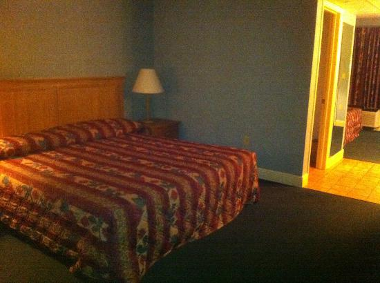 Twin Mountain Inn & Suites: King bed in rear bedroom