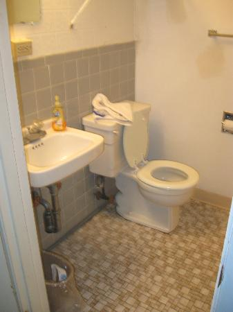 Americas Best Value Mt. Royal Inn: Bathroom