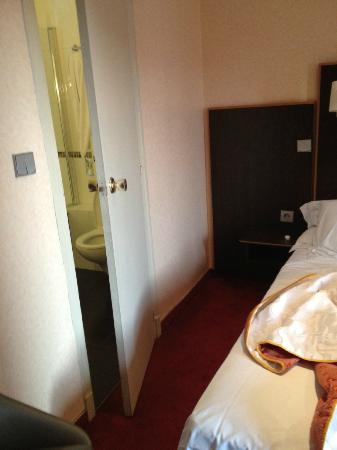 Hotel Acropole: Bed near the bathroom and the bathroom is not super small