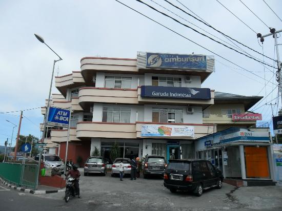 Ambun Suri Hotel: Hotel situated at a cross-road !