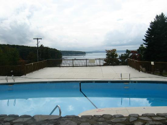 Tanglwood Resort: Pool overlooking the lake