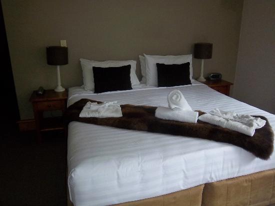 โรงแรมเซ็นทรัล ริดจ์ บูติค: Bed with possum throw